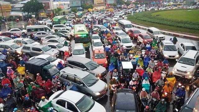 Giao thông cửa ngõ Tân Sơn Nhất tê liệt sau cơn mưa - Ảnh 3.
