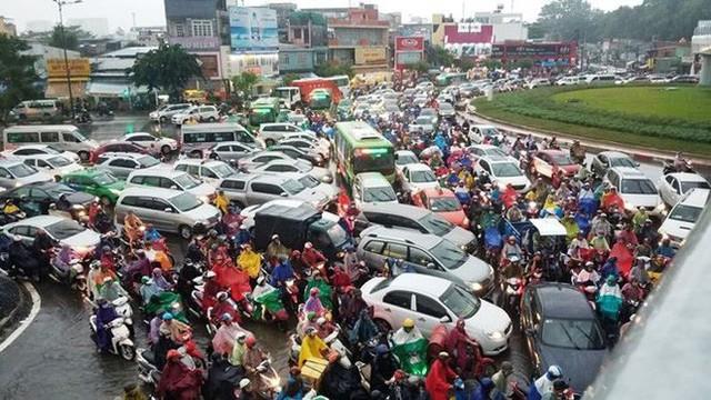 Giao thông cửa ngõ Tân Sơn Nhất tê liệt sau cơn mưa - Ảnh 5.
