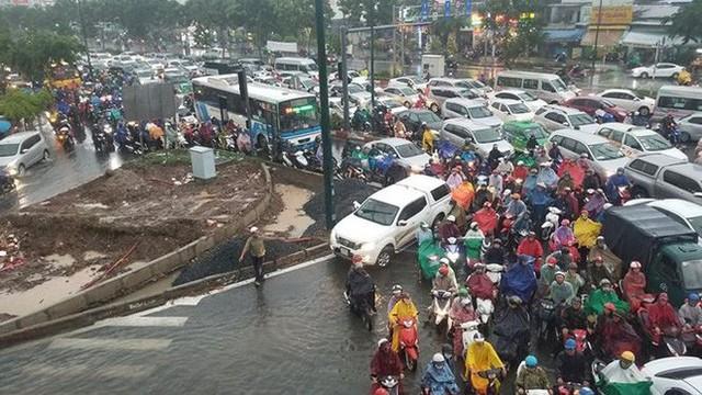 Giao thông cửa ngõ Tân Sơn Nhất tê liệt sau cơn mưa - Ảnh 8.