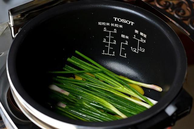 Cuối tuần thử ngay món gà nướng trộn sa tế ngon bá cháy - Ảnh 2.