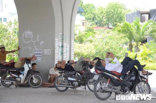 Ảnh: Dân lao động vật vã mưu sinh trong chảo lửa Hà Nội - Ảnh 5.