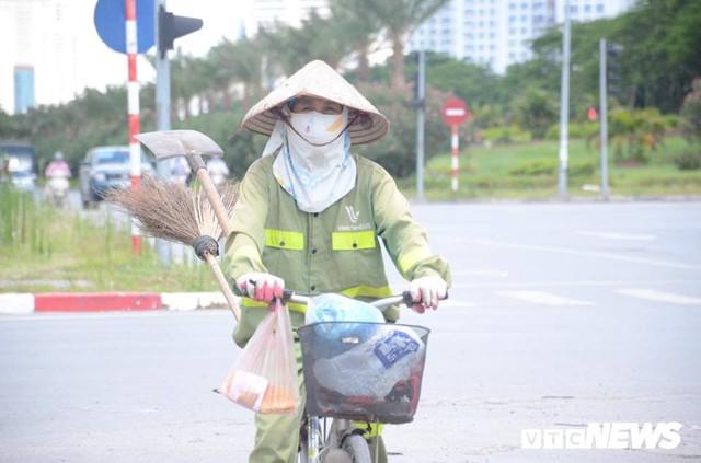 Ảnh: Dân lao động vật vã mưu sinh trong chảo lửa Hà Nội - Ảnh 10.