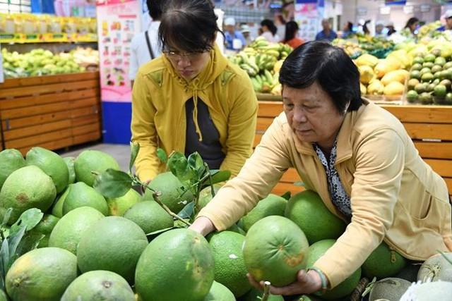 Dân Sài Gòn được mùa trái cây ngon bổ rẻ   - Ảnh 1.