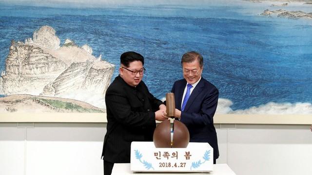 Cái bắt tay búa bổ của ông Trump, giày độn gót của ông Kim và chuyện khó xử ở Thượng đỉnh Mỹ-Triều - Ảnh 3.