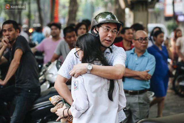 Ngày đầu tiên tuyển sinh lớp 10 tại Hà Nội: Học sinh và phụ huynh căng thẳng vì kỳ thi được đánh giá khó hơn cả thi đại học - Ảnh 1.
