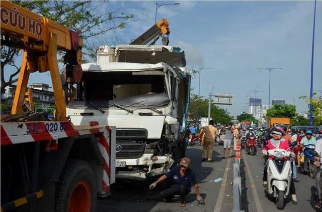Cửa ngõ Sài Gòn tê liệt vì xe tải chở dừa lật ngang đường  - Ảnh 1.