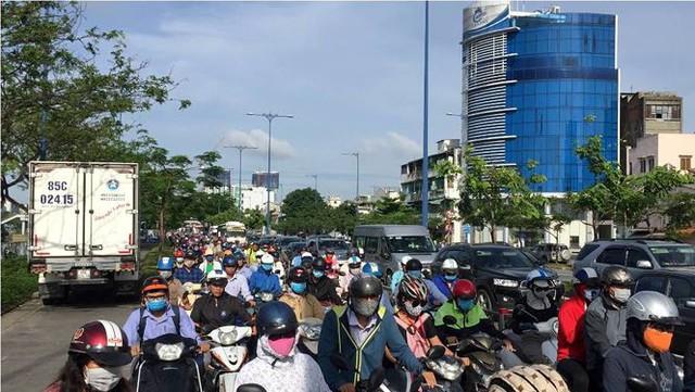 Cửa ngõ Sài Gòn tê liệt vì xe tải chở dừa lật ngang đường  - Ảnh 2.