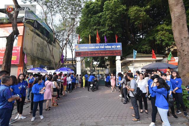 Ngày đầu tiên tuyển sinh lớp 10 tại Hà Nội: Học sinh và phụ huynh căng thẳng vì kỳ thi được đánh giá khó hơn cả thi đại học - Ảnh 14.