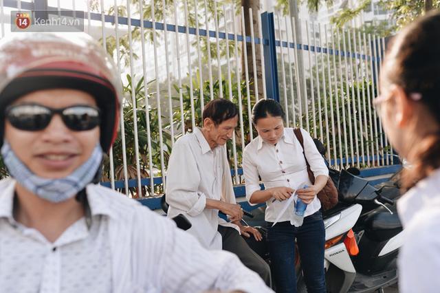Ngày đầu tiên tuyển sinh lớp 10 tại Hà Nội: Học sinh và phụ huynh căng thẳng vì kỳ thi được đánh giá khó hơn cả thi đại học - Ảnh 19.