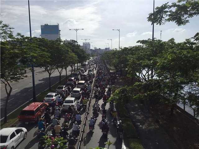 Cửa ngõ Sài Gòn tê liệt vì xe tải chở dừa lật ngang đường  - Ảnh 3.