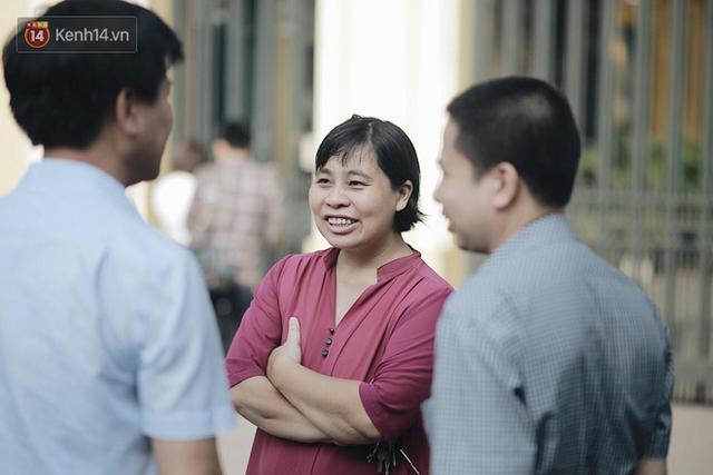 Ngày đầu tiên tuyển sinh lớp 10 tại Hà Nội: Học sinh và phụ huynh căng thẳng vì kỳ thi được đánh giá khó hơn cả thi đại học - Ảnh 21.
