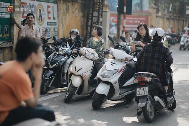 Ngày đầu tiên tuyển sinh lớp 10 tại Hà Nội: Học sinh và phụ huynh căng thẳng vì kỳ thi được đánh giá khó hơn cả thi đại học - Ảnh 24.