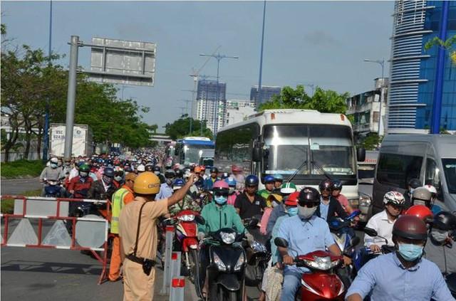 Cửa ngõ Sài Gòn tê liệt vì xe tải chở dừa lật ngang đường  - Ảnh 4.