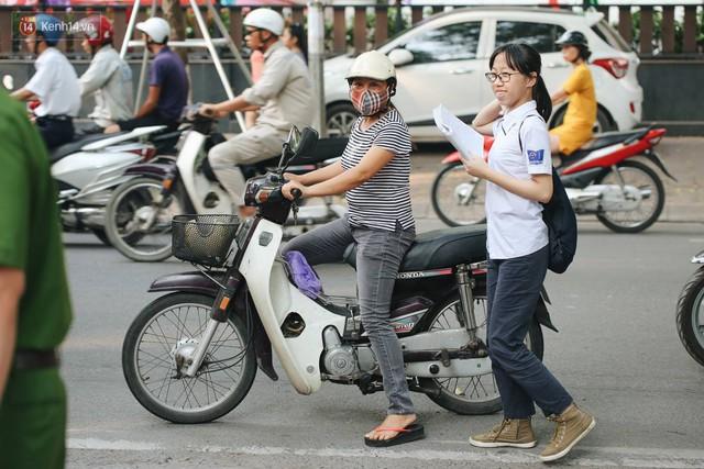 Ngày đầu tiên tuyển sinh lớp 10 tại Hà Nội: Học sinh và phụ huynh căng thẳng vì kỳ thi được đánh giá khó hơn cả thi đại học - Ảnh 5.