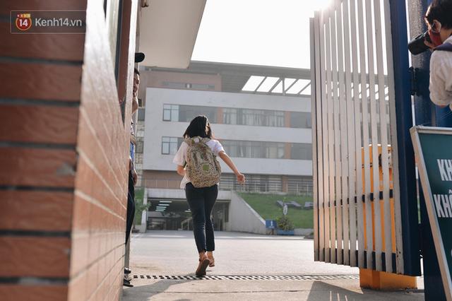 Ngày đầu tiên tuyển sinh lớp 10 tại Hà Nội: Học sinh và phụ huynh căng thẳng vì kỳ thi được đánh giá khó hơn cả thi đại học - Ảnh 9.