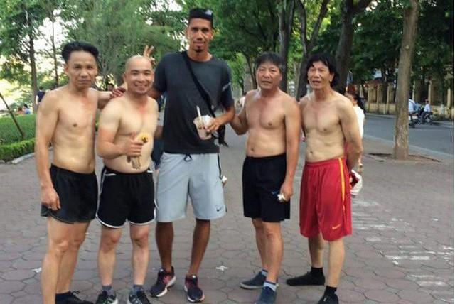 Không được đá World Cup, trung vệ MU Chris Smalling đưa vợ sang Việt Nam du lịch, đá cầu với người hâm mộ - Ảnh 3.