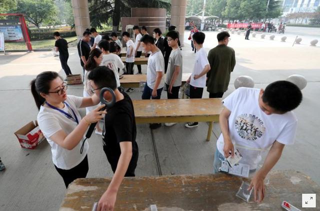 Những hình ảnh ấn tượng trong ngày thi đại học đầu tiên ở Trung Quốc - kỳ thi khắc nghiệt nhất thế giới - Ảnh 1.
