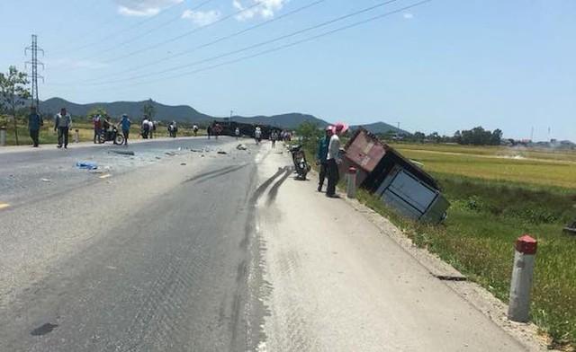 NÓNG: Tai nạn liên hoàn, 2 xe tải lật, 1 xe khách lao xuống ruộng làm 10 người bị thương - Ảnh 2.