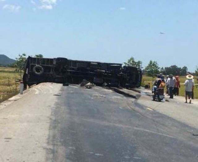 NÓNG: Tai nạn liên hoàn, 2 xe tải lật, 1 xe khách lao xuống ruộng làm 10 người bị thương - Ảnh 3.