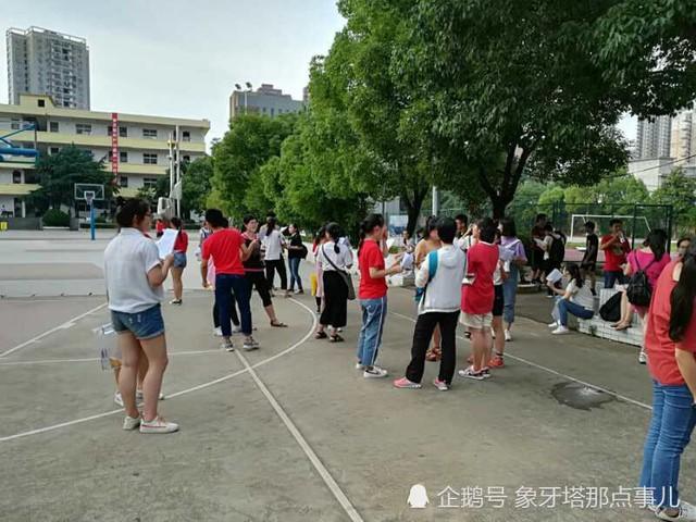 Những hình ảnh ấn tượng trong ngày thi đại học đầu tiên ở Trung Quốc - kỳ thi khắc nghiệt nhất thế giới - Ảnh 11.
