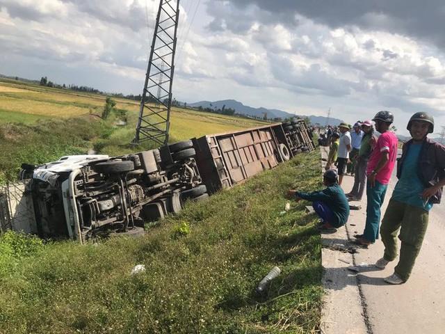 NÓNG: Tai nạn liên hoàn, 2 xe tải lật, 1 xe khách lao xuống ruộng làm 10 người bị thương - Ảnh 5.