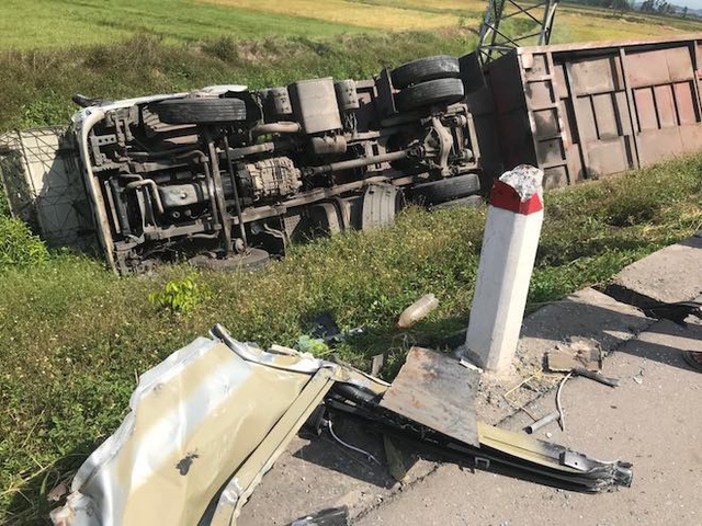 NÓNG: Tai nạn liên hoàn, 2 xe tải lật, 1 xe khách lao xuống ruộng làm 10 người bị thương - Ảnh 6.