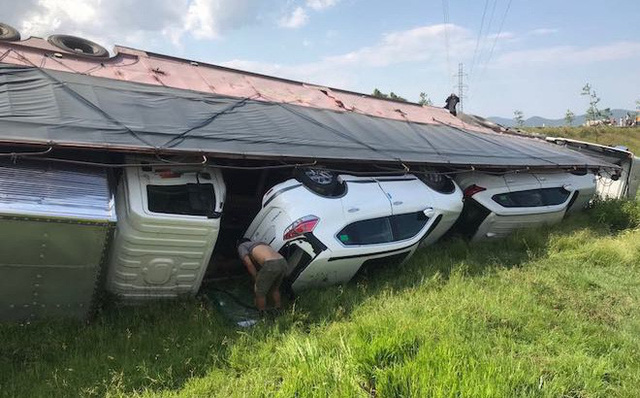 NÓNG: Tai nạn liên hoàn, 2 xe tải lật, 1 xe khách lao xuống ruộng làm 10 người bị thương - Ảnh 7.