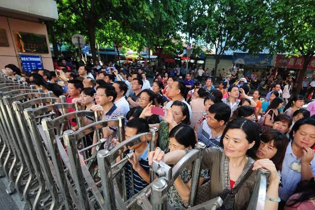 Những hình ảnh ấn tượng trong ngày thi đại học đầu tiên ở Trung Quốc - kỳ thi khắc nghiệt nhất thế giới - Ảnh 7.
