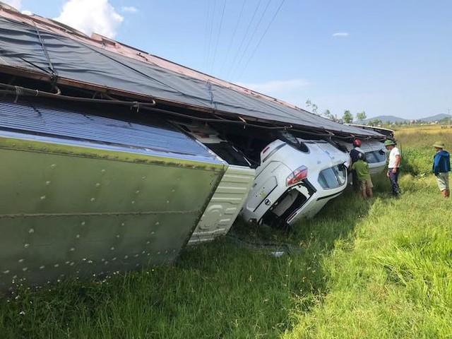 NÓNG: Tai nạn liên hoàn, 2 xe tải lật, 1 xe khách lao xuống ruộng làm 10 người bị thương - Ảnh 8.