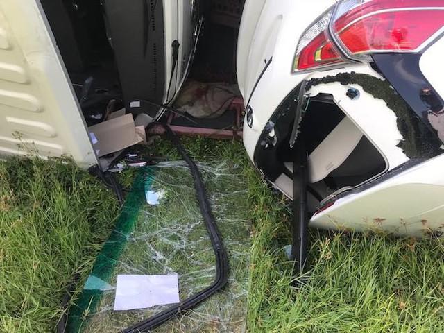 NÓNG: Tai nạn liên hoàn, 2 xe tải lật, 1 xe khách lao xuống ruộng làm 10 người bị thương - Ảnh 9.