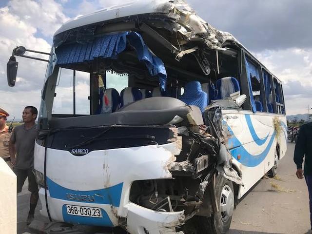 NÓNG: Tai nạn liên hoàn, 2 xe tải lật, 1 xe khách lao xuống ruộng làm 10 người bị thương - Ảnh 10.
