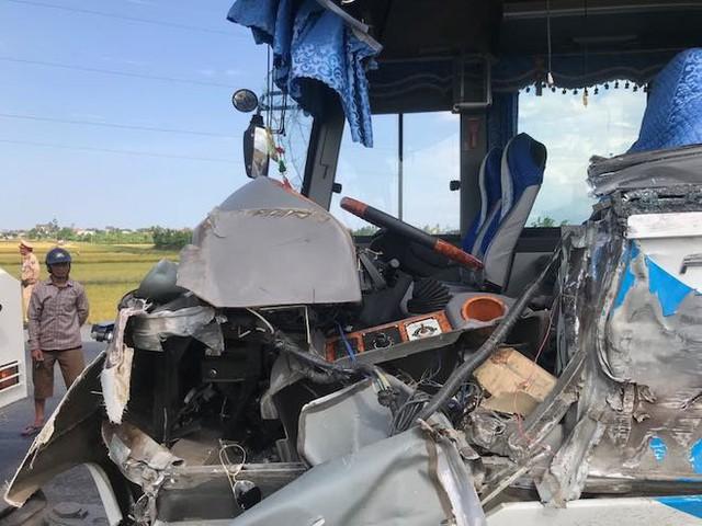 NÓNG: Tai nạn liên hoàn, 2 xe tải lật, 1 xe khách lao xuống ruộng làm 10 người bị thương - Ảnh 11.