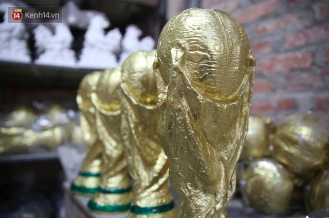 Cặp vợ chồng ở làng gốm Bát Tràng dự tính thu về 240 triệu sau khi tung 3.000 chiếc Cúp vàng siêu rẻ ra thế giới trong mùa World Cup - Ảnh 2.