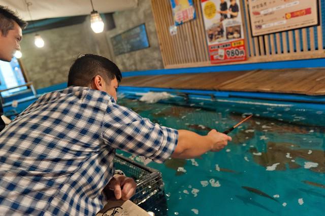 Không ngờ giờ nhà hàng ở Tokyo lại hay ho đến thế này đây: Khách được trải nghiệm làm ngư dân ngay tại chỗ - Ảnh 2.