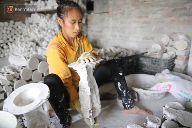 Cặp vợ chồng ở làng gốm Bát Tràng dự tính thu về 240 triệu sau khi tung 3.000 chiếc Cúp vàng siêu rẻ ra thế giới trong mùa World Cup - Ảnh 3.