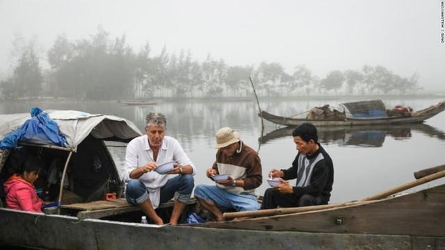 Những hình ảnh đáng nhớ của đầu bếp Anthony Bourdain trong hành trình khám phá ẩm thực Việt Nam - Ảnh 3.