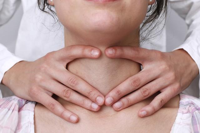7 nguyên nhân tiềm ẩn gây ra bệnh ung thư tuyến giáp mà chính bạn cũng không ngờ đến - Ảnh 3.