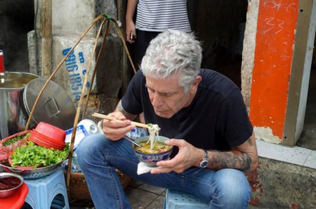 Những hình ảnh đáng nhớ của đầu bếp Anthony Bourdain trong hành trình khám phá ẩm thực Việt Nam - Ảnh 4.