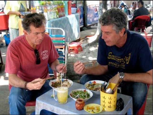 Những hình ảnh đáng nhớ của đầu bếp Anthony Bourdain trong hành trình khám phá ẩm thực Việt Nam - Ảnh 10.