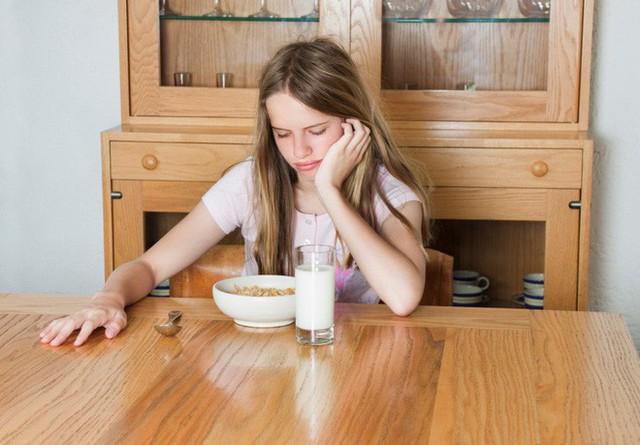Hay mải làm việc rồi ăn muộn, bỏ bữa gây ra hàng loạt tác hại cho sức khỏe - Ảnh 1.