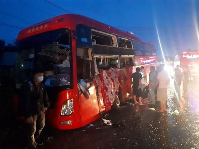 Hai xe khách đối đầu, hàng chục hành khách thoát chết trong gang tấc - Ảnh 1.