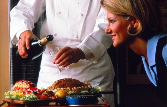 20 bức ảnh cho thấy bữa ăn trên máy bay ngày xưa còn sang chảnh hơn nhà hàng 5 sao bây giờ - Ảnh 1.