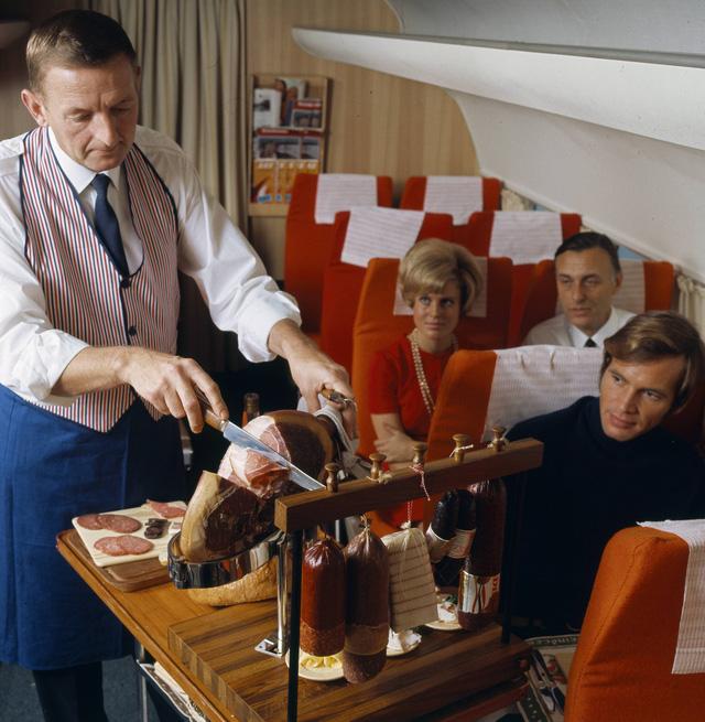 20 bức ảnh cho thấy bữa ăn trên máy bay ngày xưa còn sang chảnh hơn nhà hàng 5 sao bây giờ - Ảnh 2.