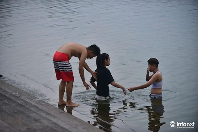Mặc cá chết nổi trắng hồ Tây, người dân vẫn ra hồ tắm giải nhiệt   - Ảnh 11.