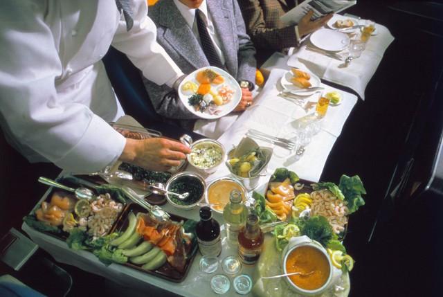 20 bức ảnh cho thấy bữa ăn trên máy bay ngày xưa còn sang chảnh hơn nhà hàng 5 sao bây giờ - Ảnh 11.