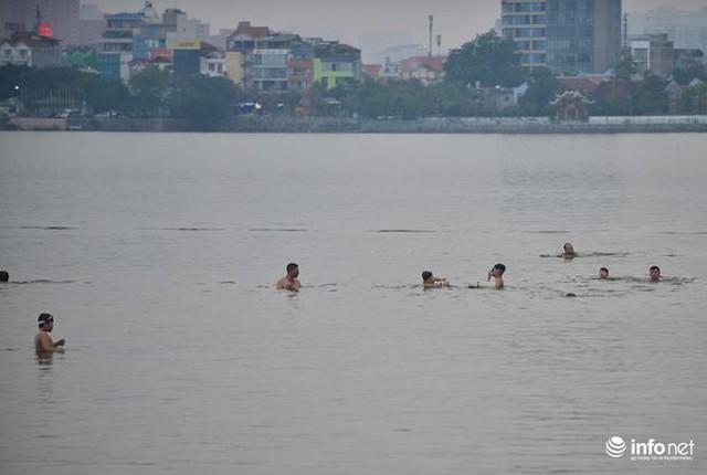 Mặc cá chết nổi trắng hồ Tây, người dân vẫn ra hồ tắm giải nhiệt   - Ảnh 12.