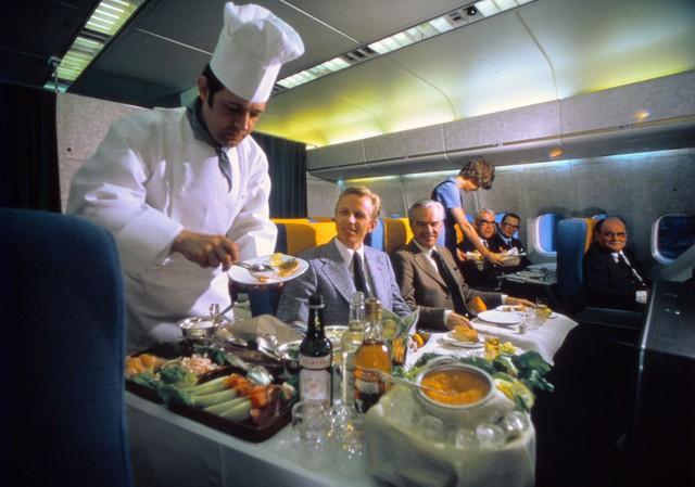 20 bức ảnh cho thấy bữa ăn trên máy bay ngày xưa còn sang chảnh hơn nhà hàng 5 sao bây giờ - Ảnh 12.
