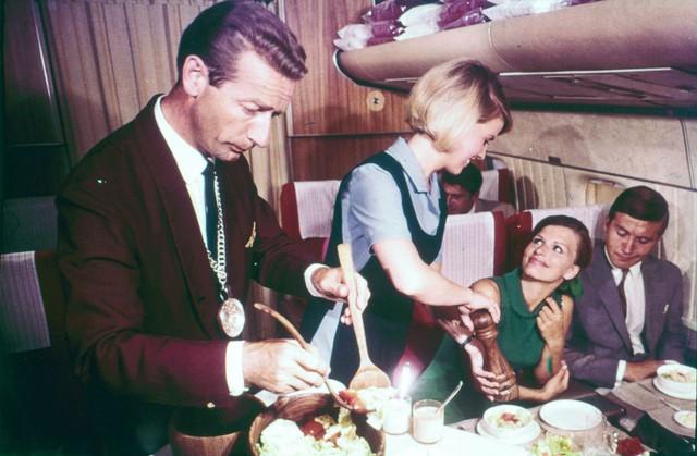 20 bức ảnh cho thấy bữa ăn trên máy bay ngày xưa còn sang chảnh hơn nhà hàng 5 sao bây giờ - Ảnh 14.