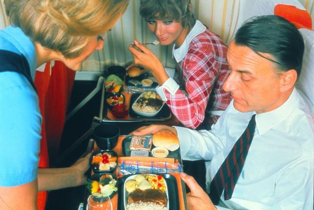 20 bức ảnh cho thấy bữa ăn trên máy bay ngày xưa còn sang chảnh hơn nhà hàng 5 sao bây giờ - Ảnh 15.