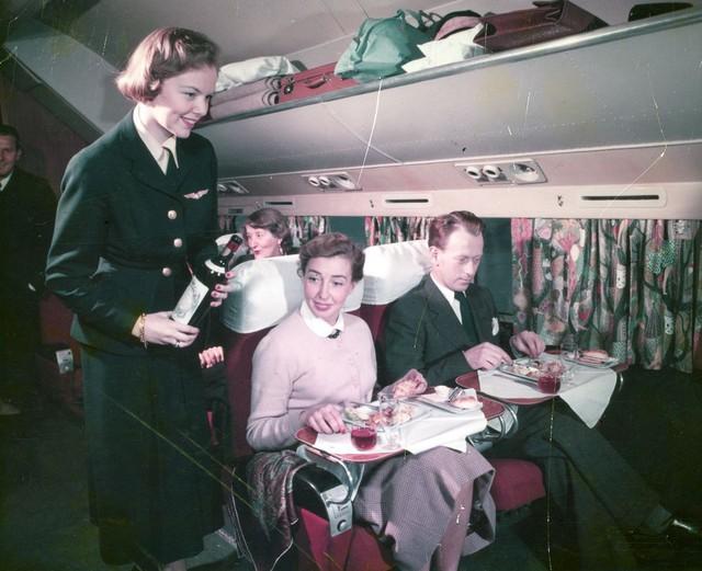 20 bức ảnh cho thấy bữa ăn trên máy bay ngày xưa còn sang chảnh hơn nhà hàng 5 sao bây giờ - Ảnh 16.